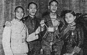 台北放送局から実況放送する先住民の若者たち(右から二人目が矢多。「理番の友」より)