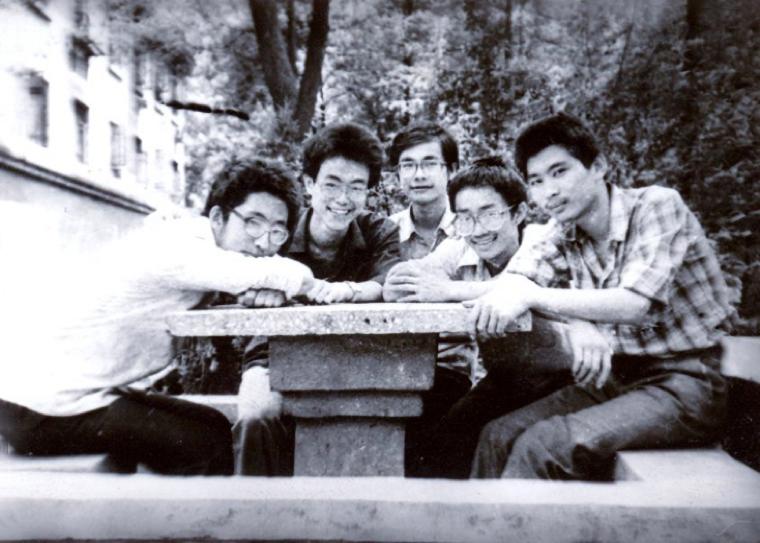 大学時代の長平氏(右端)
