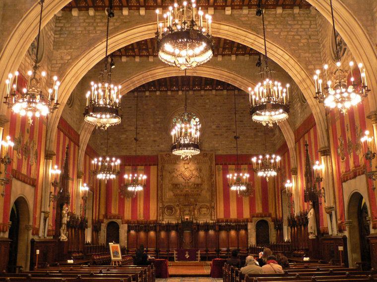 中世後期におけるバルセロナ市議会といえる百人評議会が開催された議場内部の様子