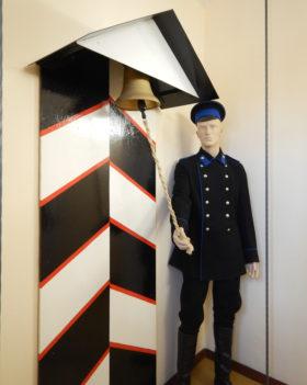 帝政時代の消防隊員と当時の警鐘の模型