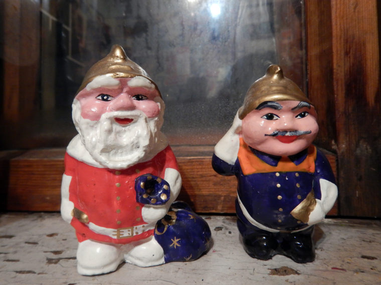 イルクーツク消防博物館で制作されている土産物。右は帝政時代の消防局員をかたどった人形、左はそれをサンタクロース風にアレンジしたもの
