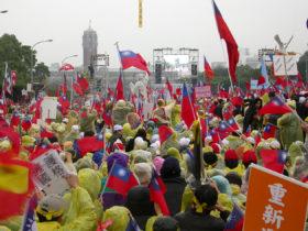 ケタガラン大道でのデモ。後ろは総統府(筆者撮影)