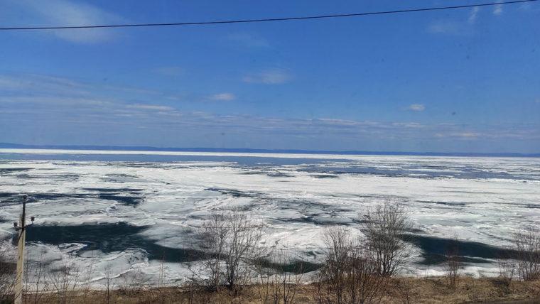 南岸を西から東に移動した際の、バイカル湖や湖岸の風景。東に進むにつれ、雪景色に